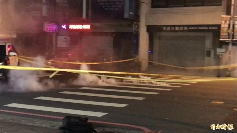 高雄警方圍捕炸彈客阿文2度駁火近百槍、催淚彈。(記者黃良傑攝)