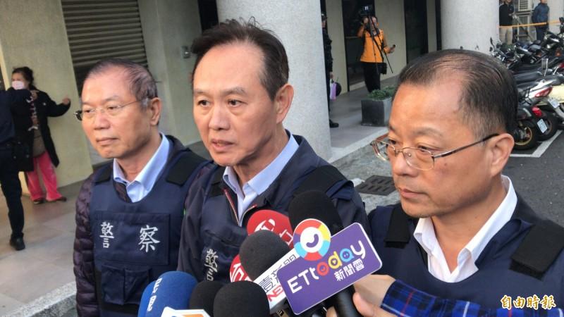 炸彈客的公寓套房傳查獲TATP,台南警長周幼偉(中)證實在背包起出1.2公斤。(記者黃良傑攝)