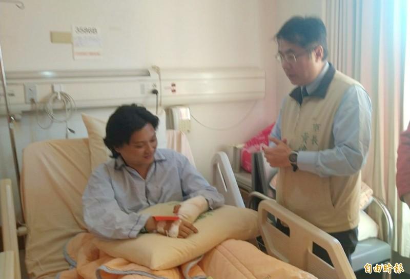 台南市長黃偉哲(右)訪視受傷警消陳俊豪(左)。(記者楊金城攝)