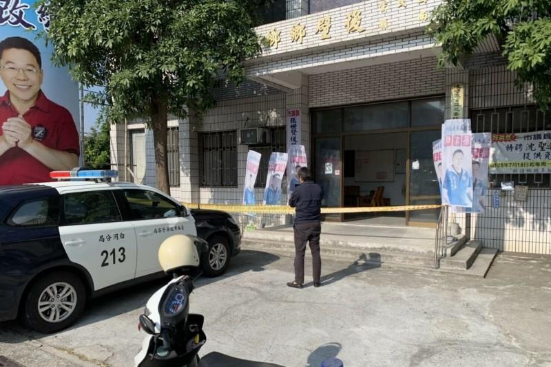吳男涉嫌在國民黨台南市後壁區黨部放置的爆裂物,可看到二瓶不明液體爆裂物和以電線連結一個引爆盒。(蔡育輝提供)