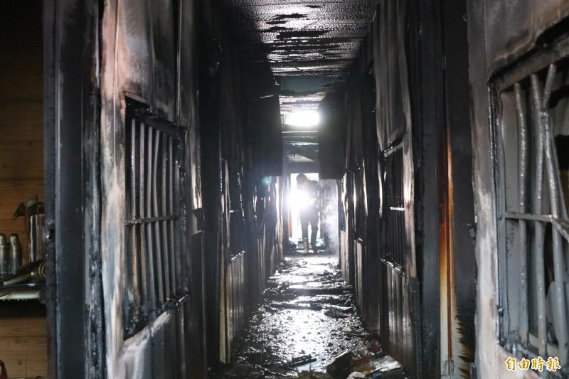 火調人員入內採證,該棟建築有許多木造裝潢,因此燃燒速度快。(記者萬于甄攝)