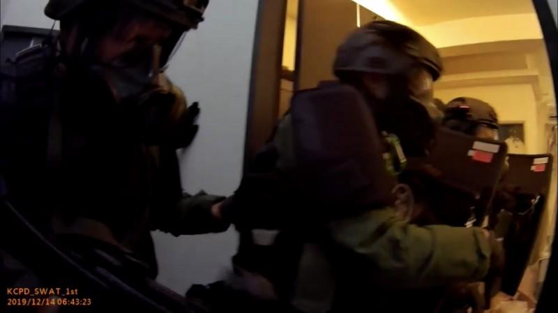 炸彈客左持槍右握引信,警攻堅「只有1次機會」不成功就粉身碎骨。(記者黃良傑翻攝)