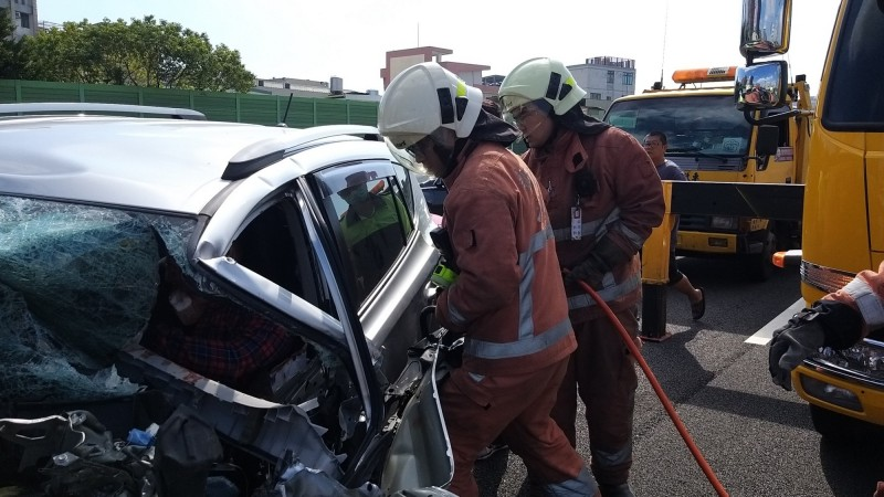 救護人員先破壞車體後,將受困的連姓駕駛救出。(記者洪美秀翻攝)