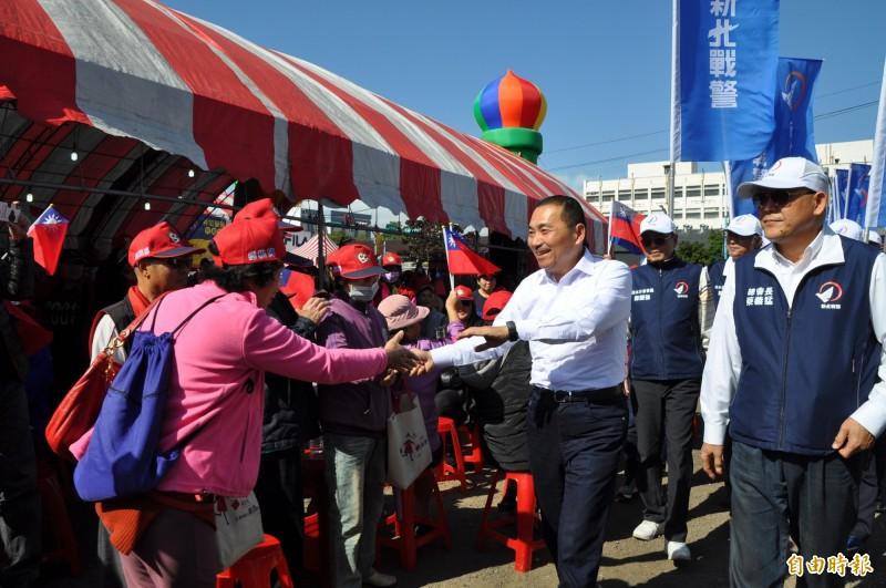 新北市長侯友宜(中)受到支持者熱烈歡迎。(記者周敏鴻攝)