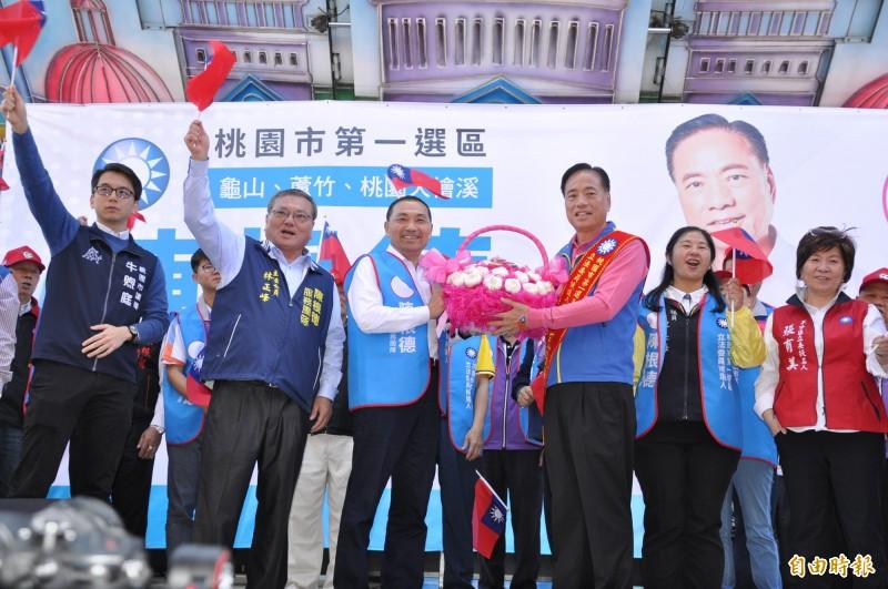 新北市長侯友宜(前左)為國民黨立委候選人陳根德(前右)站台。(記者周敏鴻攝)