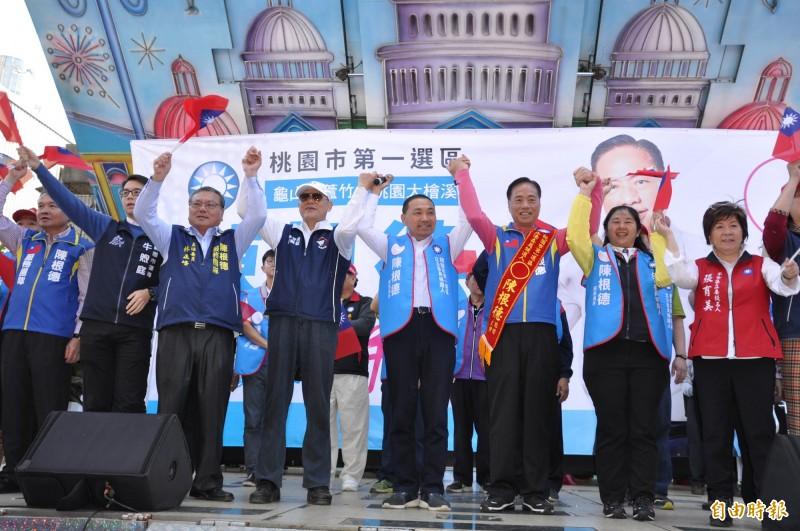 新北市長侯友宜(左五)為國民黨立委候選人陳根德(右三)站台。(記者周敏鴻攝)