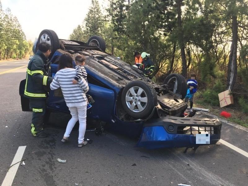 白沙講美路段發生一起車輛翻覆意外,大小4名乘客受傷。(澎湖縣政府消防局提供)