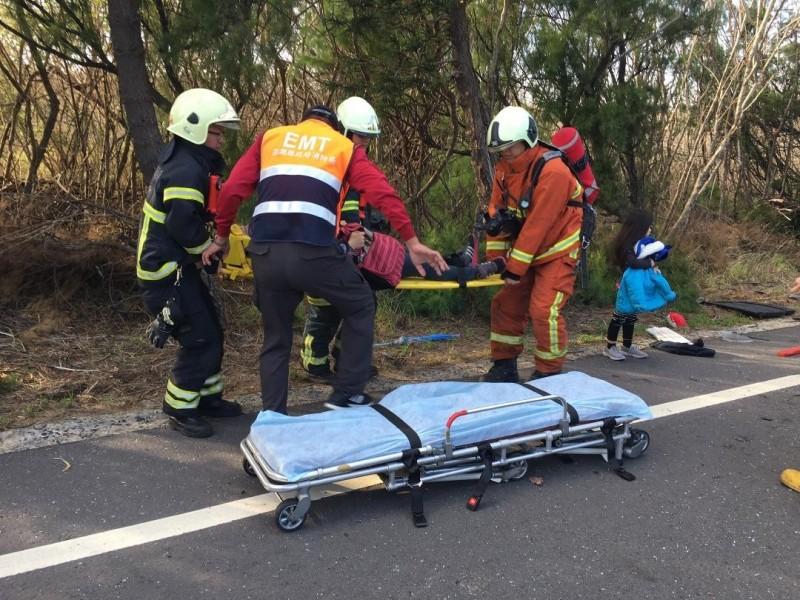 澎湖縣政府消防局人員,協助將傷者送往醫院救治。(澎湖縣政府消防局提供)