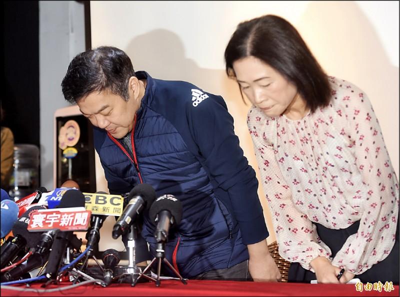 遠東航空董事長張綱維(左)昨開記者會,說明遠航暫停營運情況,並向社會大眾及消費者鞠躬致歉。(記者簡榮豐攝)