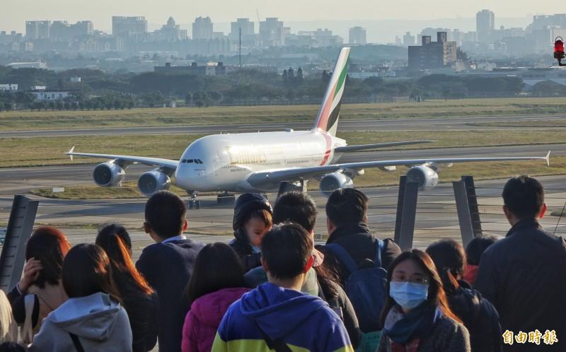 桃園機場觀景台啟用,民眾爭相目睹全球最大客機空中巴士A380滑行英姿。(記者劉信德攝)