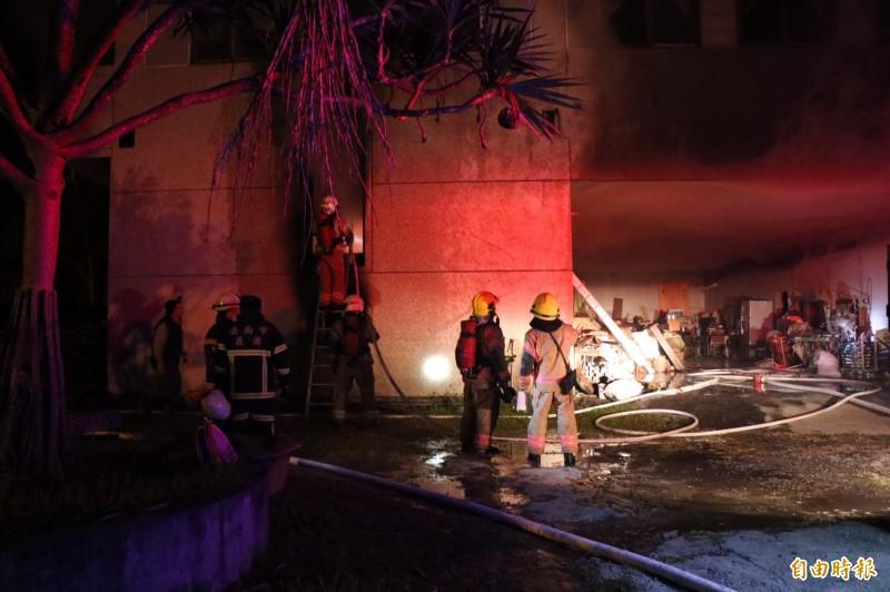 台南玉井真理大家族前輩堂遭縱火,消防人員到場搶救。(記者萬于甄攝)