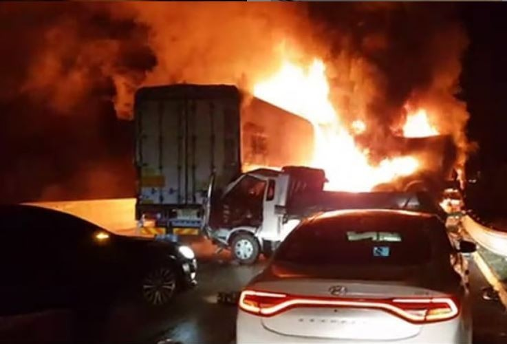 韓國尚州─永川高速公路今(14日)發生兩起大規模連環車禍,一共有43輛車捲入其中,釀成7死32傷慘劇,死亡人數恐繼續增加。(圖擷自「hot_issue_world」IG)