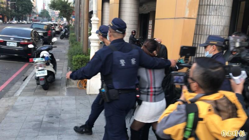 吳嫌母親和家屬到場親情喊話疑無效而駁火,吳母在兒子中彈送醫後由警方護送離開。(記者黃良傑攝)