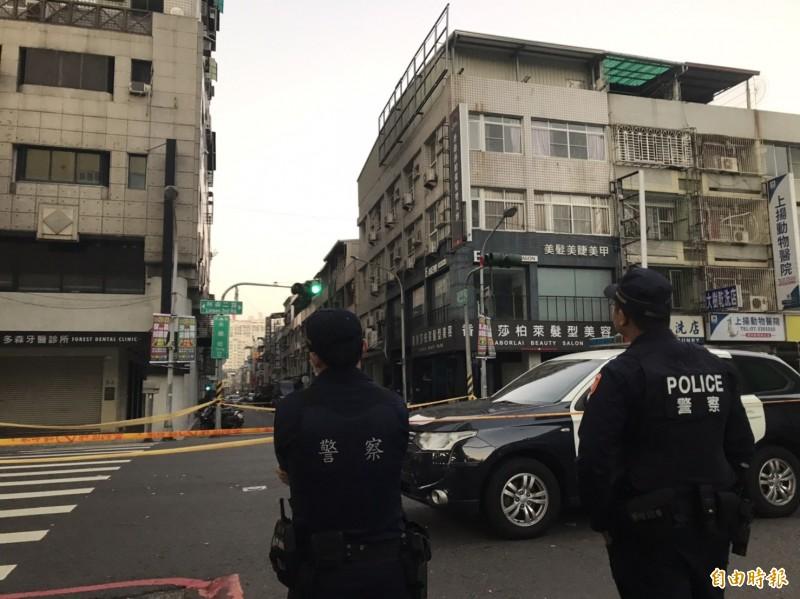 警匪於今早5點45分再展開談判。警力在場戒備。(記者黃良傑攝)