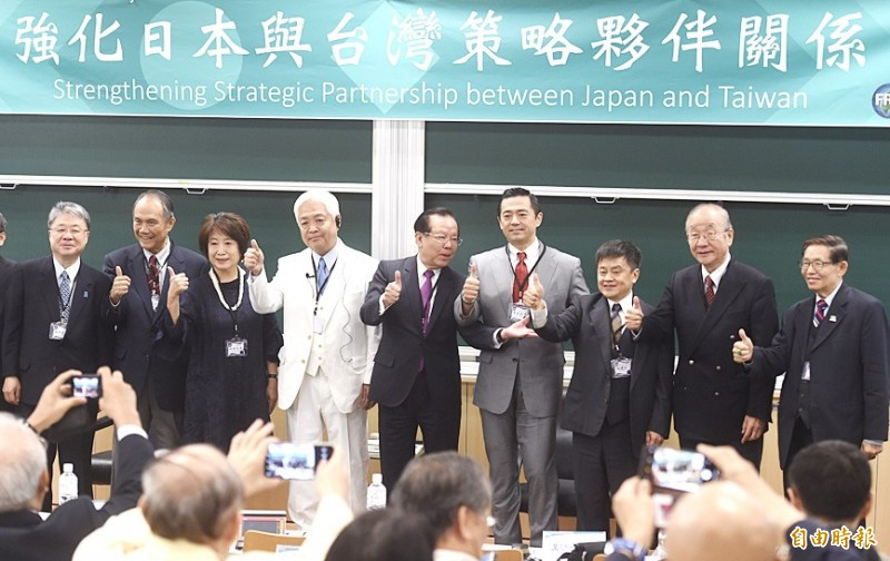 International relations academic Genki Fujii, fourth left, Formosa Republican Association Chairman Yen Ching-chang, center, Japanese Conservative Union Chairman Jikido Aeba, fourth right, former National Security Council deputy secretary-general Parris Chang, right, and others gesture at a seminar in Taipei yesterday. Photo: Chien Jung-fong, Taipei Times