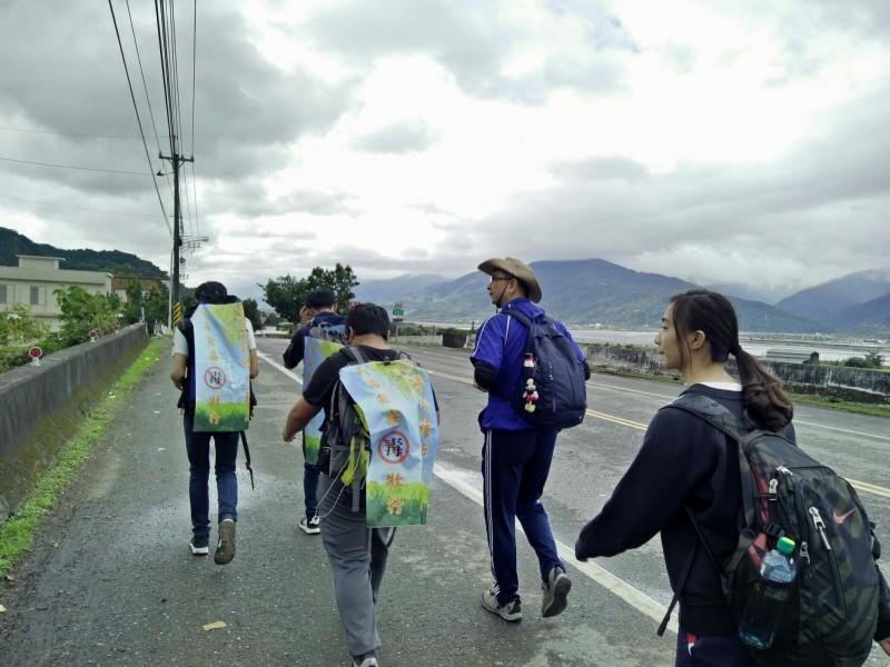 李文義教書生涯20年,自許是為孩子提燈照路的人,曾陪著學生從花蓮走到台東行百里路,4天3夜走了120公里。(李文義提供)