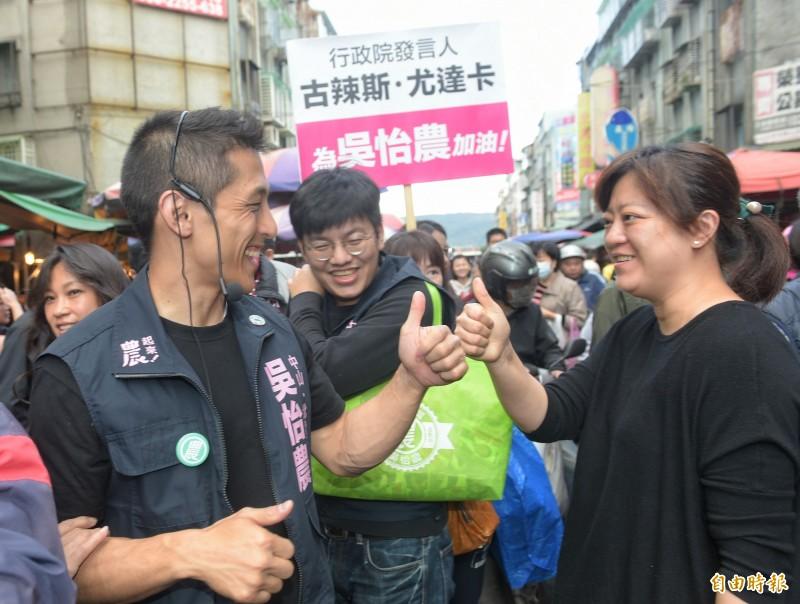 立委參選人吳怡農14日至濱江市場掃街拜票。(記者張嘉明攝)
