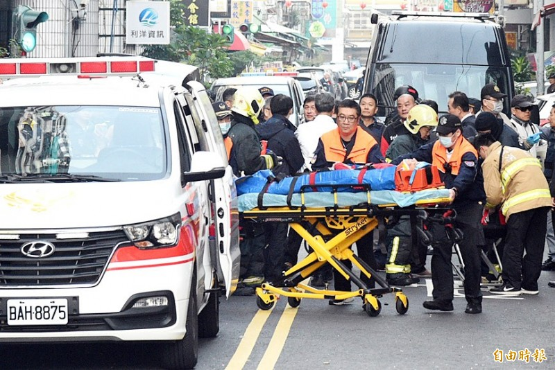 A man suspected of having on Thursday placed an explosive device near the Chinese Nationalist Party's (KMT) branch office in Tainan's Houbi District is stretchered to an ambulance after a gunbattle with police in Kaohsiung yesterday. Photo: Chang Chung-yi, Taipei Times