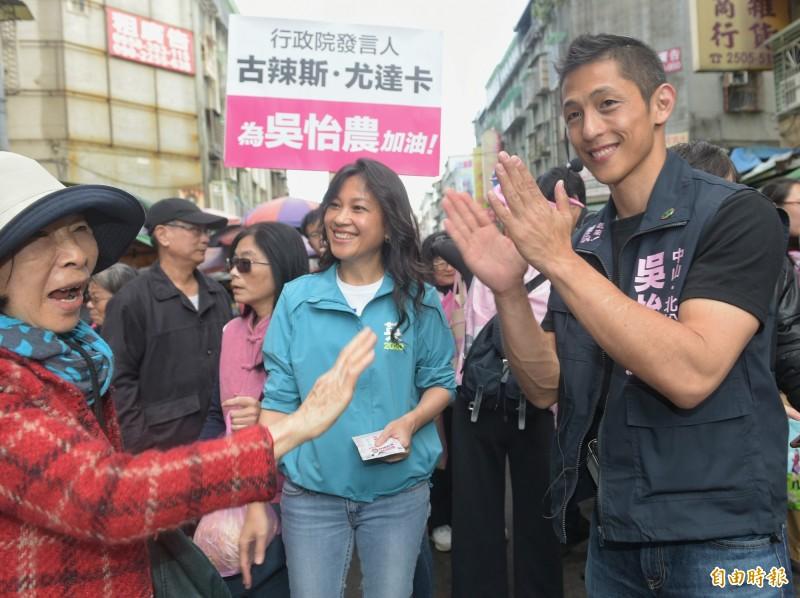 立委參選人吳怡農14日在行政院發言人谷辣斯·尤達卡陪同下,至濱江市場掃街拜票。(記者張嘉明攝)