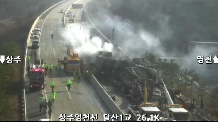 韓國連尚州─永川高速公路,今(14日)在鄰近路段發生兩起連環車禍,一共有30輛車受損並出現火燒車,造成5死25傷的慘劇。(圖擷自Naver)