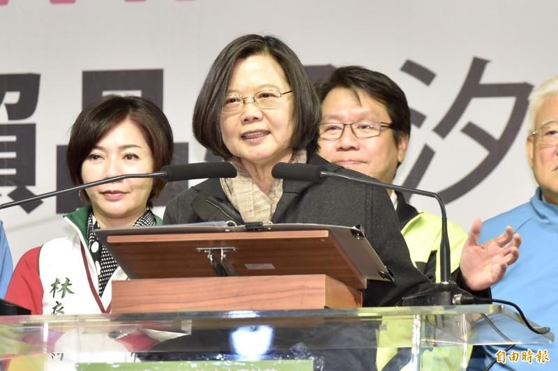 總統蔡英文今天在臉書表示,針對國民黨總統候選人韓國瑜抹黑台灣的觀光產業,她強調今年度來台的國外旅客,在昨(13)天已突破1111萬人次,再創歷史新高,更暗諷韓國瑜:做觀光不可以交給「只出一張嘴」的人!(資料照)
