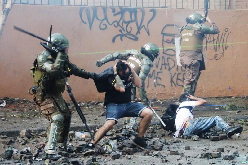 智利警方鎮壓示威行動,過度或不必要的使用武力,遭聯合國譴責嚴重侵害人權。(歐新社)