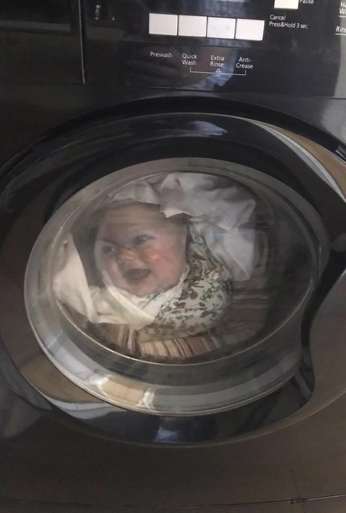 一名俄羅斯的爸爸近日驚見自己的孩子在洗衣機內不斷翻攪,嚇得他差點心臟病發,直到靠近查看,才發現虛驚一場,洗衣機裡的是他那件印有「孩子」照片的心愛T恤!(圖擷取自imgur @ARussianAndHisBike)