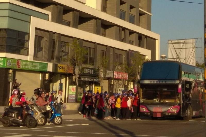 遊覽車停靠員林大道旁邊,接送參加造勢的民眾上車。(圖民眾提供)