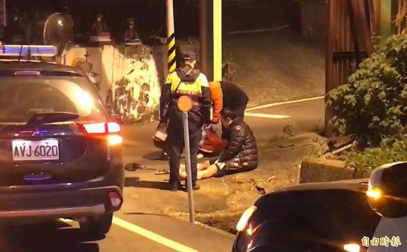 一名男子(坐地者)向警方表示是由他縱火,警方已將他帶回分局調查。(記者萬于甄攝)
