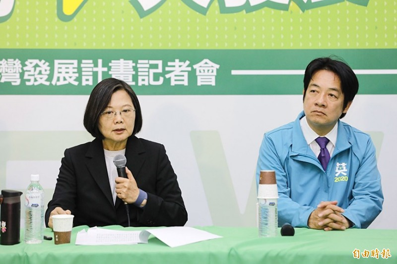 """President Tsai Ing-wen, left, and her running mate, former premier William Lai, unveil the """"great south, great development"""" policy aimed at closing the development gap between southern Taiwan and other parts of the nation at their Kaohsiung election headquarters yesterday. Photo: Ko Yu-hao, Taipei Times"""
