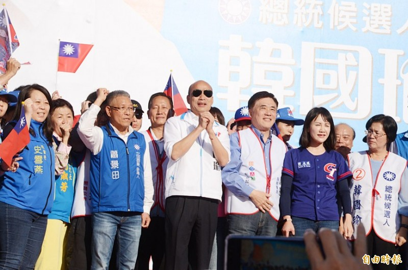 Kaohsiung Mayor Han Kuo-yu, the Chinese Nationalist Party's (KMT) presidential candidate, center, asks people for their support at an election rally in Changhua County yesterday. Photo: Yen Hung-chun, Taipei Times
