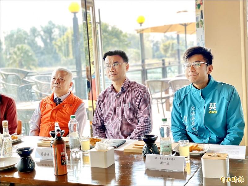 民進黨新竹縣第一選區立委候選人周江杰(右),昨天替竹北西區烏魚養殖戶爭取到第二期的簡易加工廠。(記者黃美珠攝)