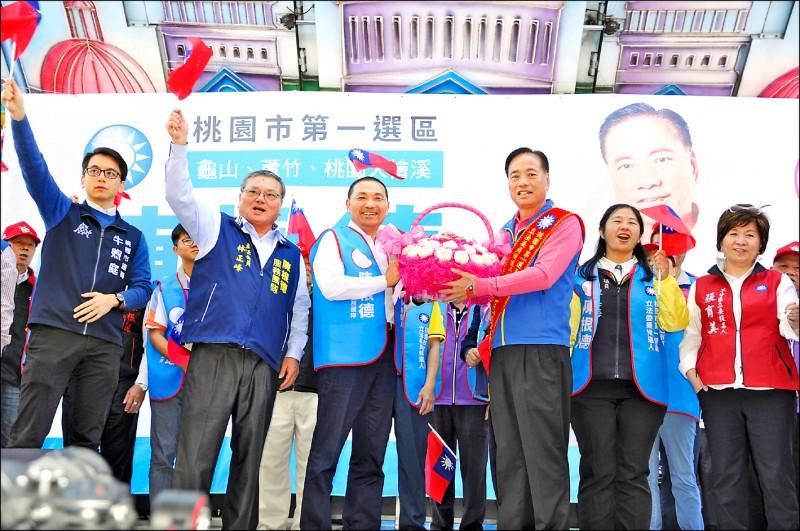 新北市長侯友宜為國民黨第一選區立委候選人陳根德站台。(記者周敏鴻攝)
