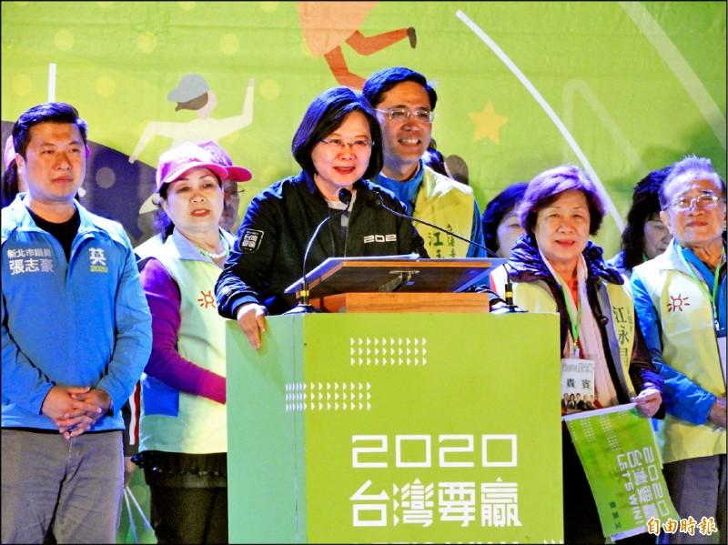 蔡英文總統昨晚出席新北市第八選區立委江永昌「新北群英會」造勢活動,致詞談到反滲透法預計十二月三十一日通過。(記者賴筱桐攝)