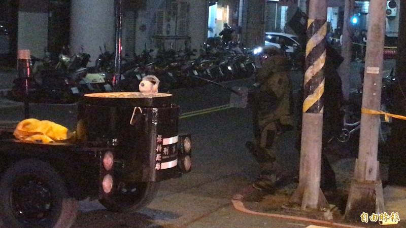 防爆小組夾載引爆證明是炸彈,所幸未爆。(記者黃良傑攝)