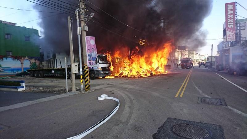 彰化家具維修工廠大火,火勢一發不可收拾。(記者劉曉欣翻攝)