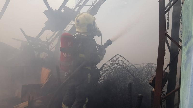 彰化家具維修工廠大火,目前進入殘火處理。(記者劉曉欣翻攝)