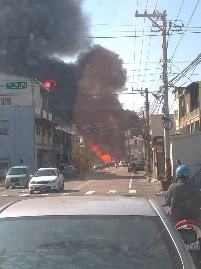 彰化家具維修工廠大火,濃煙非常驚人。(取自彰化踢爆網)