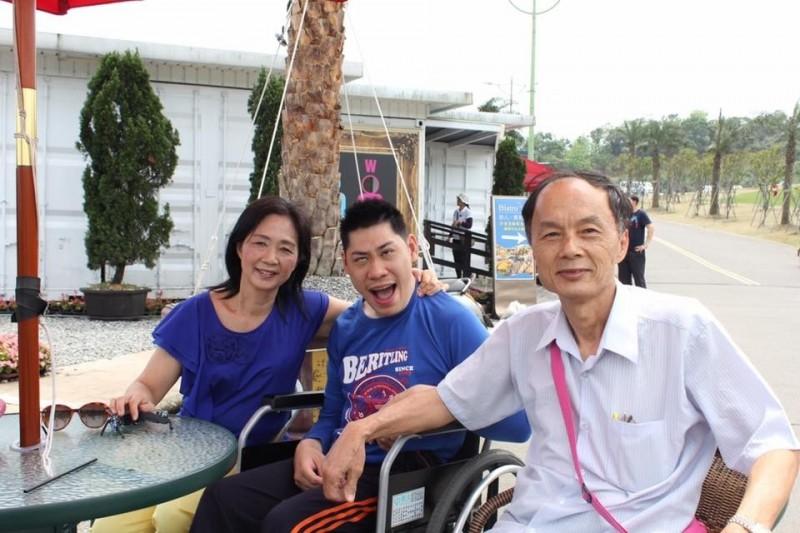 林朋輝(右)、蔡美華(左)及領養的兒子林東毅(中)。(記者林宜樟翻攝)