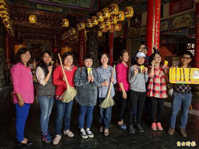 社大台江師生每個人認真動手綁出一支支平安帚,無不覺得有趣。(記者蔡文居攝)