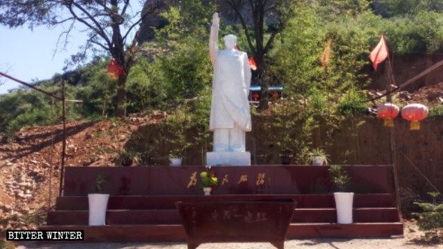 「中原一點紅」廟外的露天毛澤東雕像。(擷取自《寒冬》雜誌)