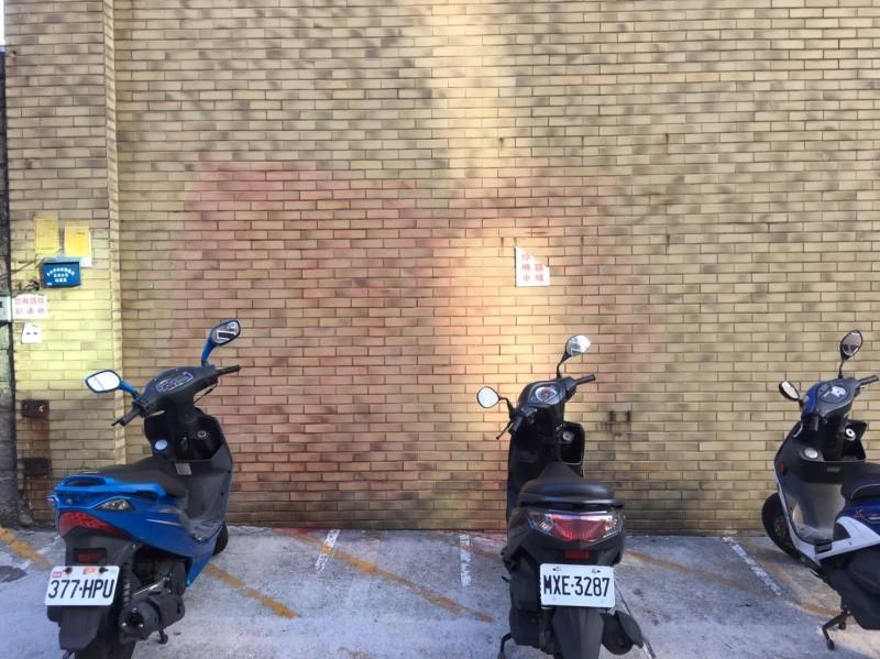 中國時報大樓外牆可見清除噴漆的痕跡。(記者王冠仁翻攝)
