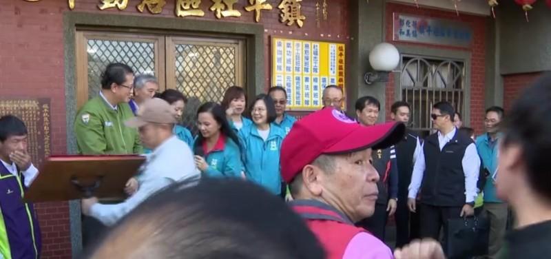 總統蔡英文今天到彰化和美鎮興宮參拜完,現場準備大合照。(記者劉曉欣翻攝)
