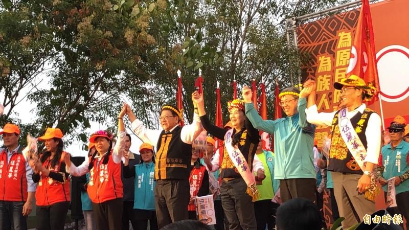 副總統陳建仁(右二)到屏東為伍麗華(右三)助講。(記者羅欣貞攝)