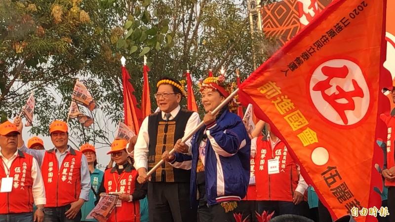 屏東縣長潘孟安為伍麗華授旗。(記者羅欣貞攝)