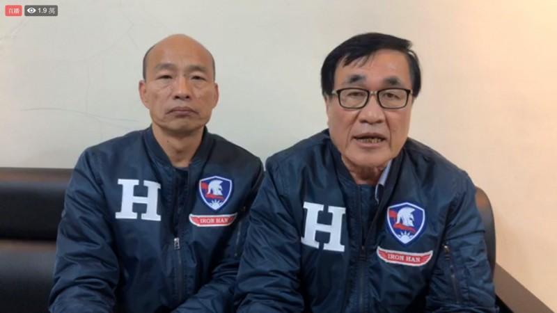 韓國瑜與李四川在臉書上開直播,指高雄過去全是爛路。(記者許麗娟翻攝)