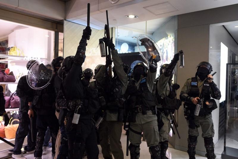 今日香港反送中示威者在多區商場發起「和你Christmas Shop」活動,並與香港警方爆發衝突,有數人遭到逮捕。(法新社)