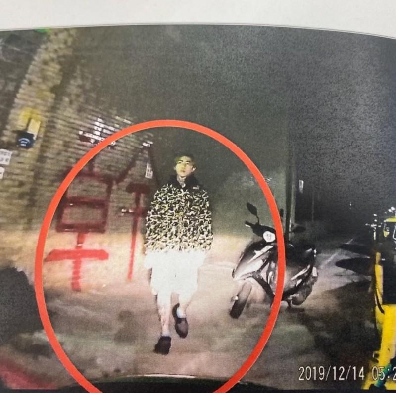 謝和弦今天凌晨到台北市中國時報社外牆壁漆上不雅字樣。(記者王冠仁翻攝自謝和弦臉書)