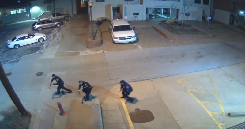 美國阿肯色州華盛頓郡警察卡爾(Stephen Carr),7日於巡邏車內遭行刑式槍決。圖為警局內的員警聽到槍聲後前往現場追捕嫌犯。(圖擷自Washington County Sheriff's Office臉書)
