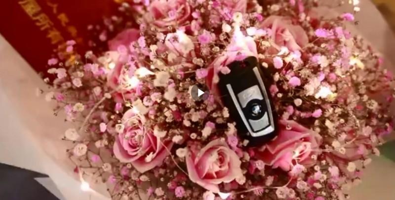 24歲女子備好房屋權狀和BMW車鑰匙求婚交往1年的男友。(圖片擷取自微博)